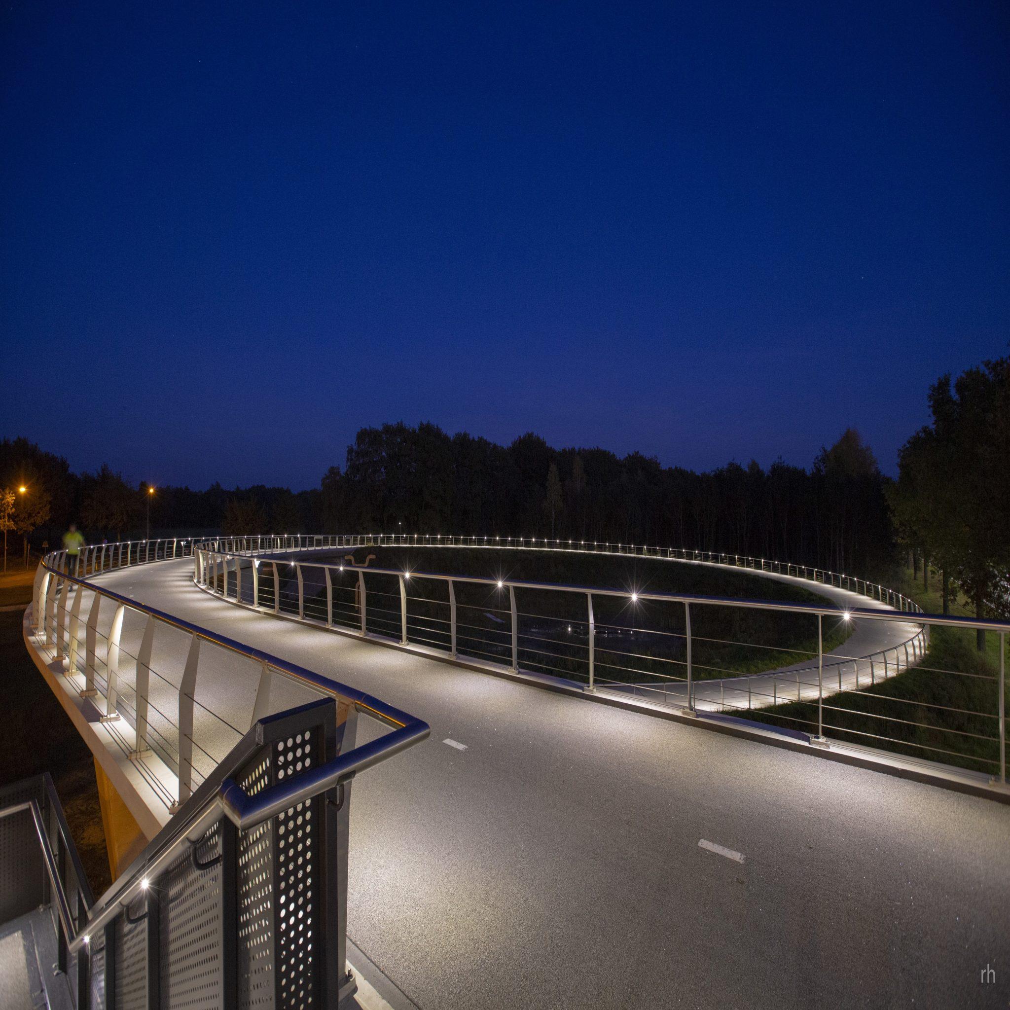 met een lichtkleur van 3000k en een systeemvermogen van nog geen 18w is de gehele brug fraai en functioneel verlicht met dank aan buro maan
